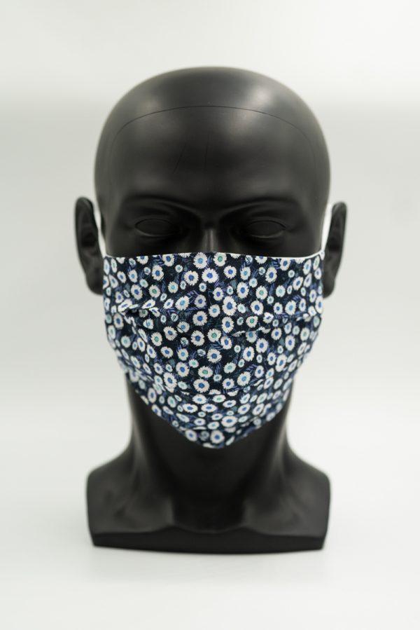 Mund- und Gesichtsmaske dunkelblau mit Blumenmuster mit Falten