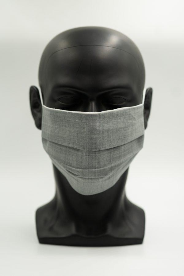 Mund- und Gesichtsmaske hellgrau mit Falten