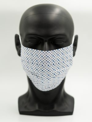 Mund- und Gesichtsmaske weiß mit blauen Punkten und Falten