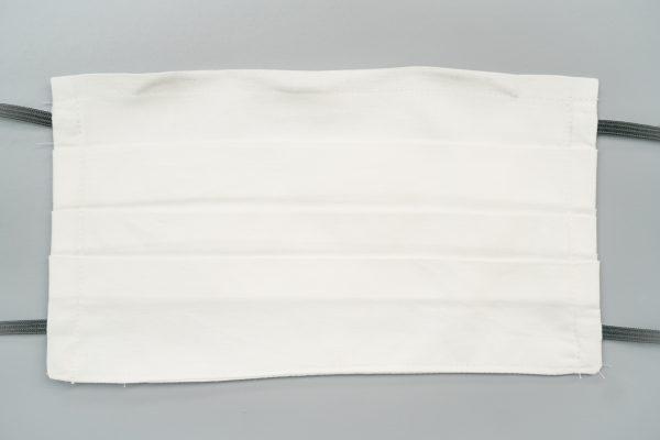 Mund- und Gesichtsmaske in weiß mit Falten
