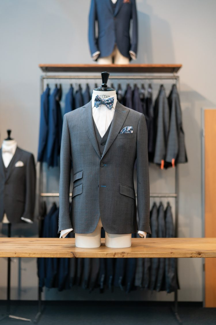 Gaston | Grauer Anzug mit Überkaro und farbigen Knopflöchern