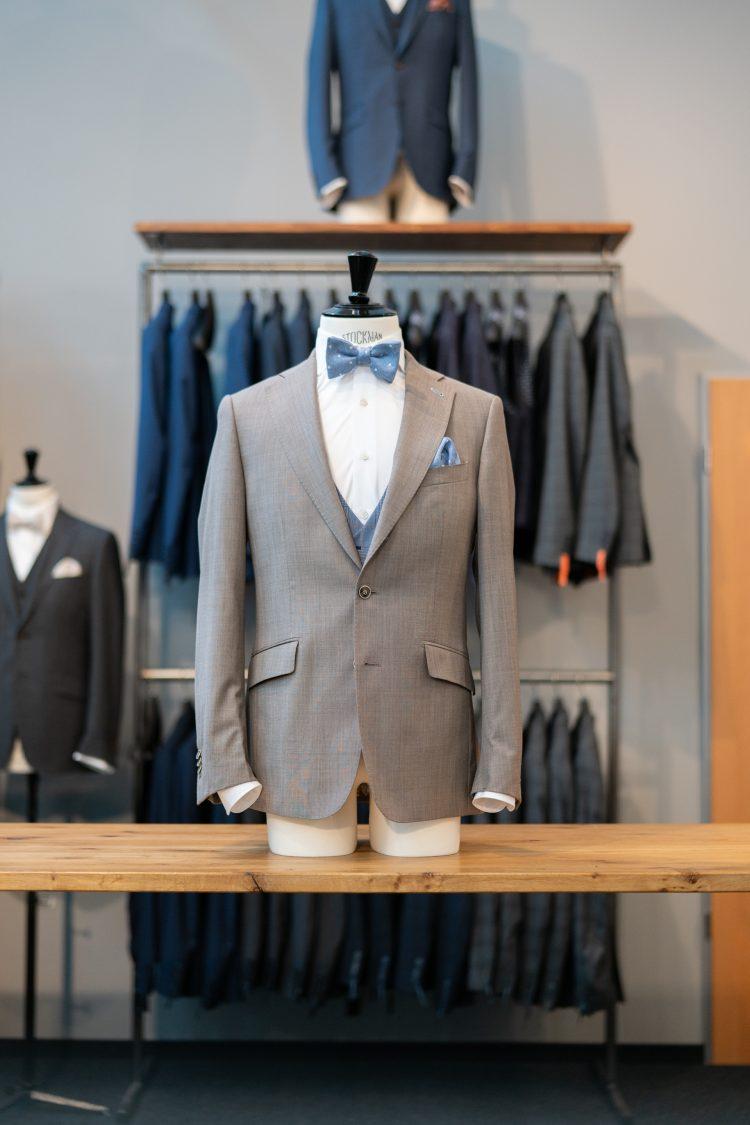 Hugo | Hellbeiger Anzug mit blauer Fliege