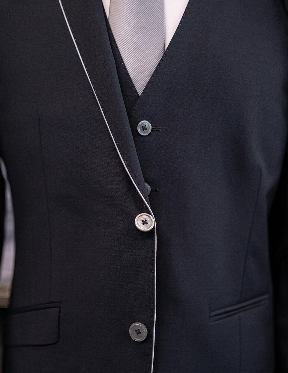 Anzug Bernhard halb geöffnet
