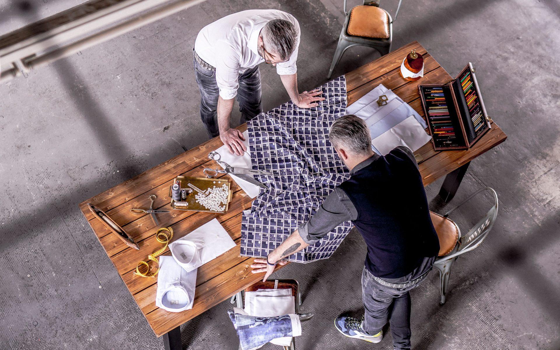 Emanuel & David bei der Auswahl des Hemdenstoffes