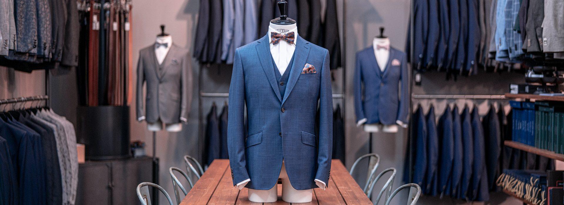 Blauer Hochzeitsanzug auf Tisch im DU4 Store in Mönchengladbach