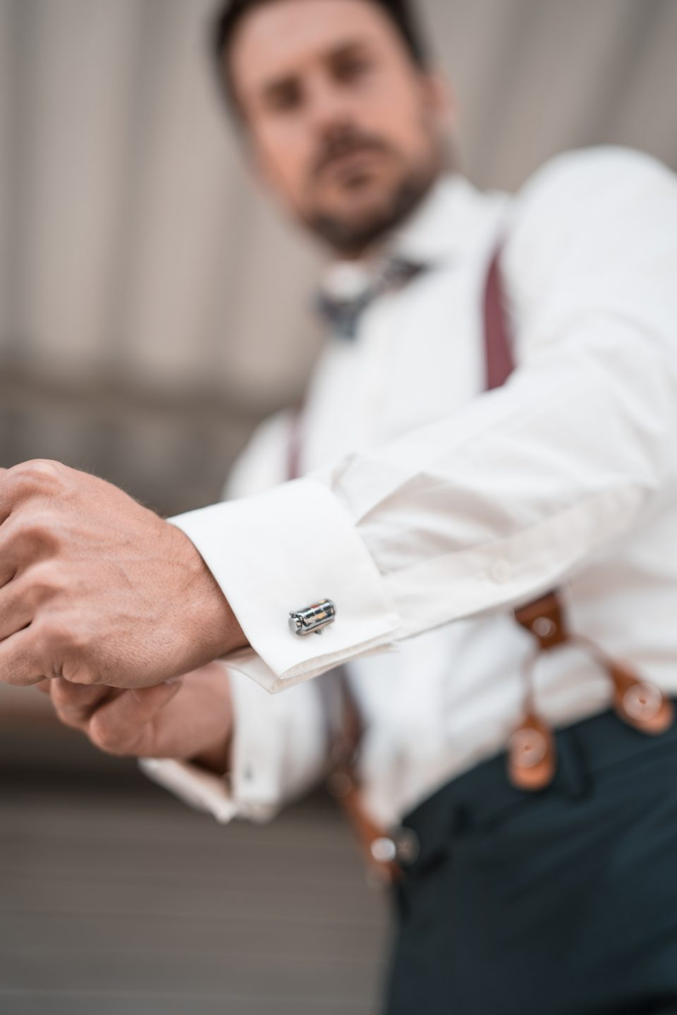 Model in weißem DU4 Hemd und silbernen Manschettenknöpfen