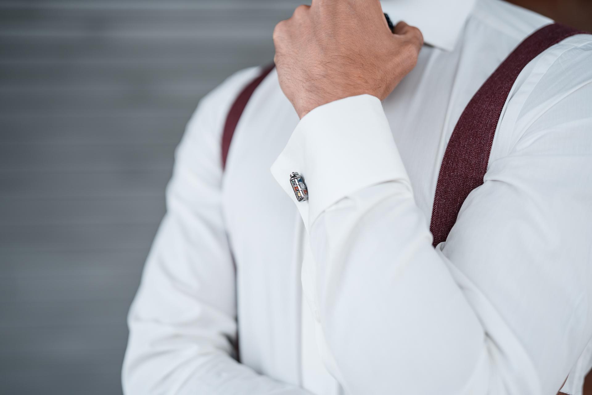 Weißes DU4 Hemd mit passenden Manschettenknöpfen und Hosenträgern